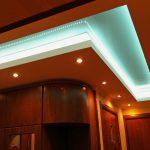 яркий свет на потолке